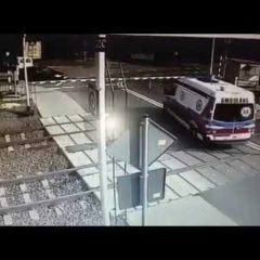 В Польше поезд протаранил машину скорой помощи