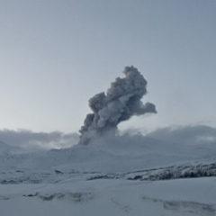 На Курилах вулкан Эбеко выбросил пепел на 3,2 километра