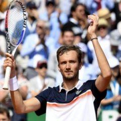 Медведев на втором теннисном турнире подряд дошел до четвертьфинала