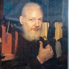 Джулиан Ассанж сменил затворничество на заключение