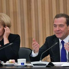 Медведев поручил разработать программу капремонта областных театров