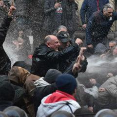 При разгоне митингующих в Тбилиси задержали 37 человек