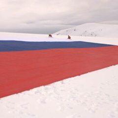 В Антарктиде развернули самый большой российский флаг
