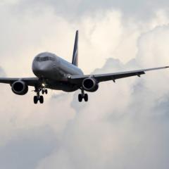 SSJ-100 с отказавшим двигателем приземлился в Тюмени. На борту находятся 80 пассажиров