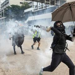 Глава Гонконга призвала к мирному решению противостояния у университета